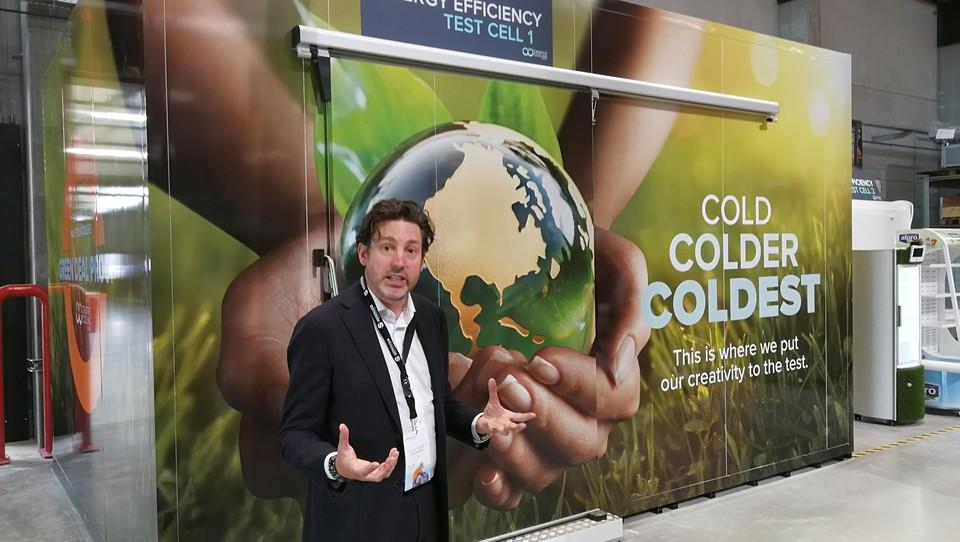 Algemeen directeur Sven Danneels van Creative Cooling Group toont de testcel waar koelingsystemen aan verschillende omstandigheden worden blootgesteld.