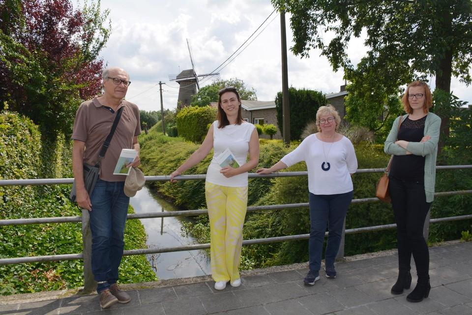 Auteur Frank Gelaude, gedeputeerde An Vervliet, Martine Pieteraerens  van Dienst Erfgoed en Sophie Anseeuw van IOED Meetjesland stelden de nieuwe brochure voor.