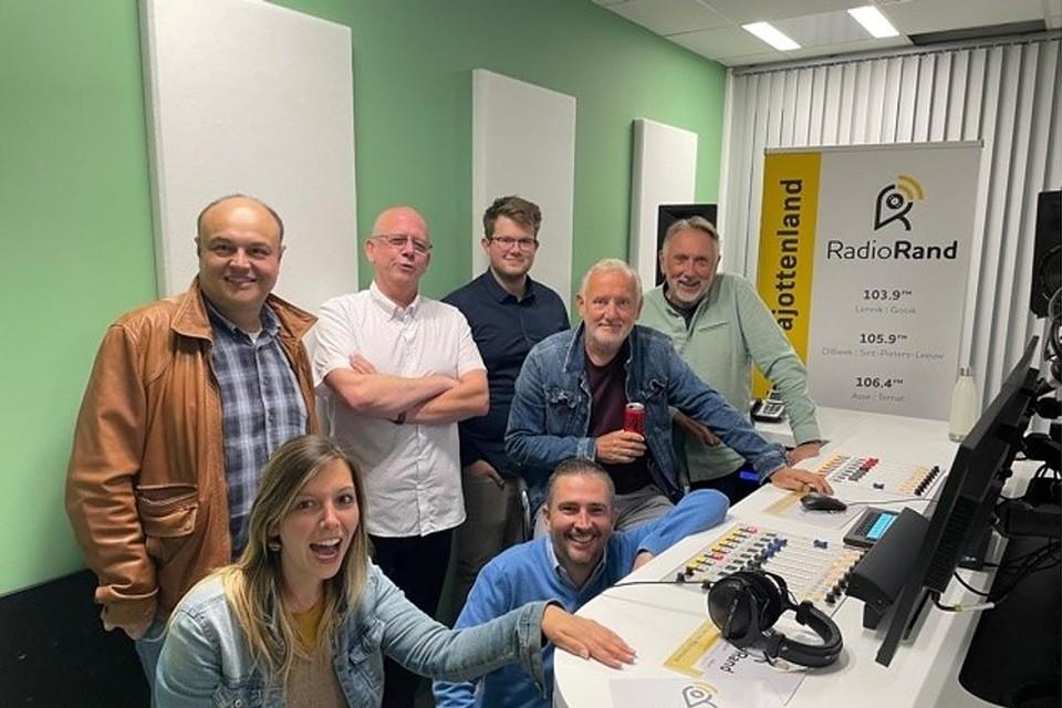 Radio Rand heeft een studio langs de N8 in Dilbeek.
