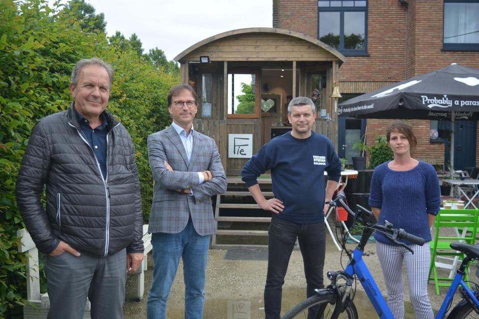 Filiep Van Grembergen van de dienst toerisme, schepen Orville Cottenie, fietsenhandelaar Stefan en Sofie Fruyt.