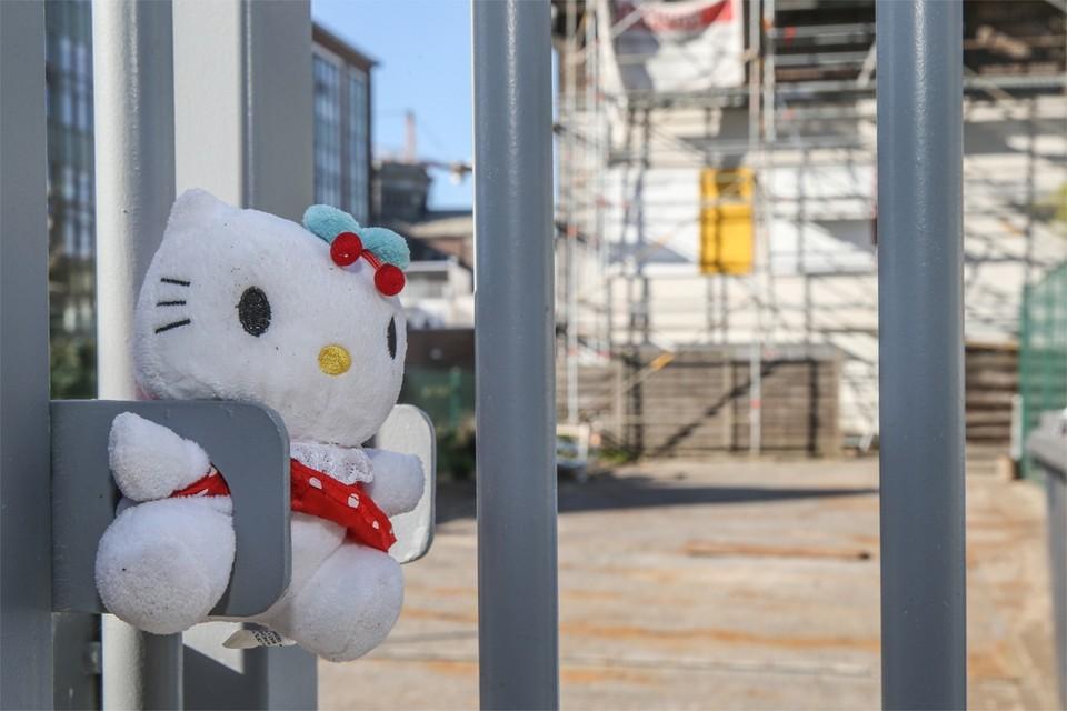 Het 12-jarige meisje dat aan het coronavirus overleed, ging naar de Gentse Freinetschool de Harp. Aan de poort van de school werd een knuffel gehangen.