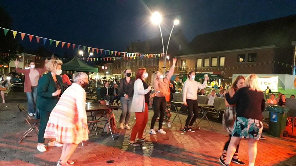 Jean et les Flamands kregen het publiek aan het dansen.
