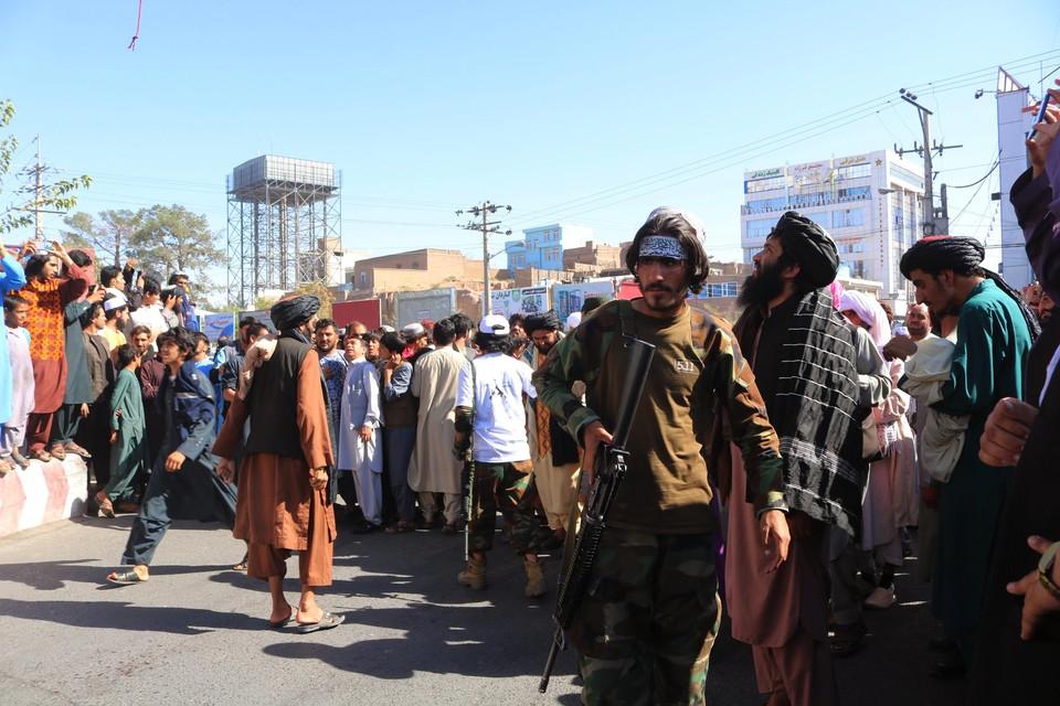 In Herat kijken bewoners omhoog naar de opgehangen lichamen.