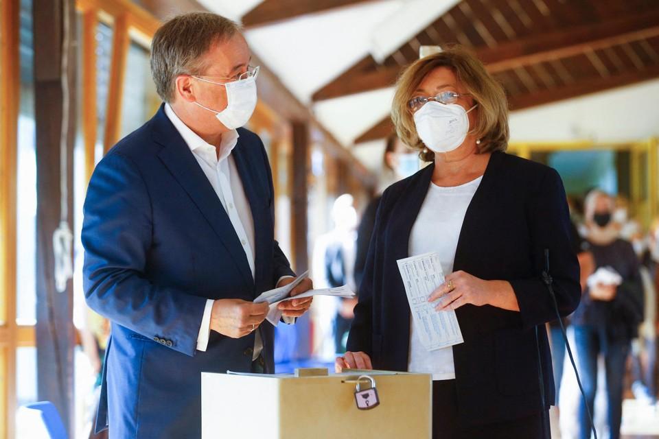 Armin Laschet en zijn vrouw in het stemlokaal.