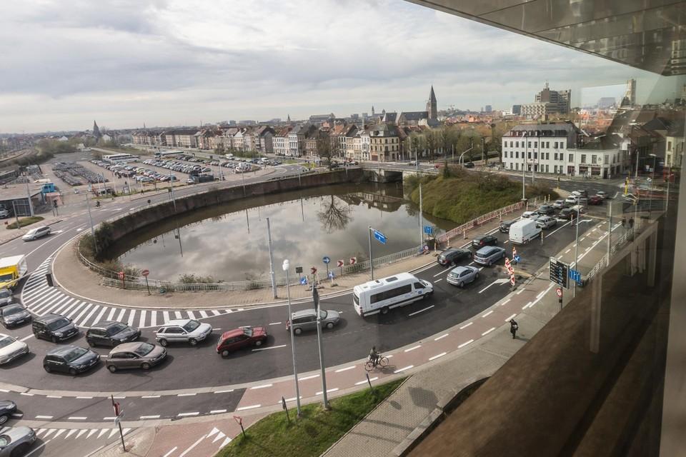 Gedaan met rondjes rijden: auto's zullen op termijn via een tunnel van de ene kant naar de andere kant van Dampoort kunnen rijden.