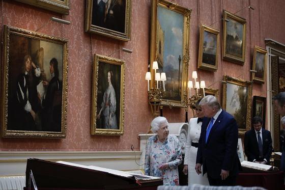 Queen Elizabeth met Donald en Melanie Trump in de Picture Gallery.