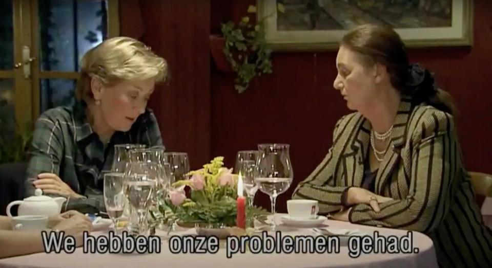 Voor een VRT-documentaire uit 2006 liet Paola zich op restaurant filmen, in gesprek met een vriendin.