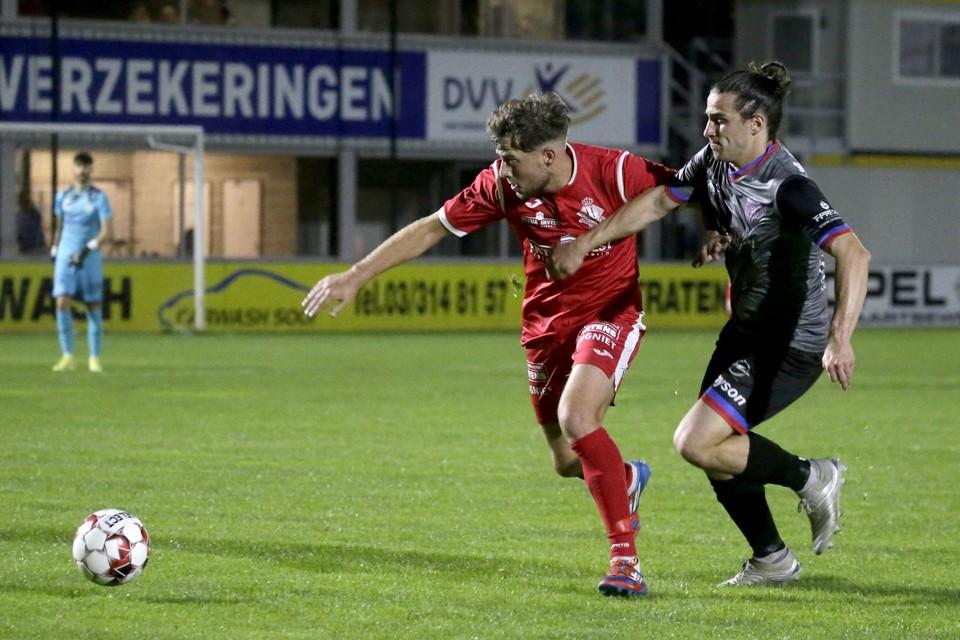 Dennes De Kegel zit Nick Kuijlaers van Hoogstraten achterna.