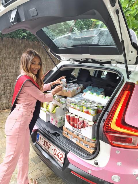 Kedist Deltour stouwt haar Miss België-auto ook vol met hulpgoederen.
