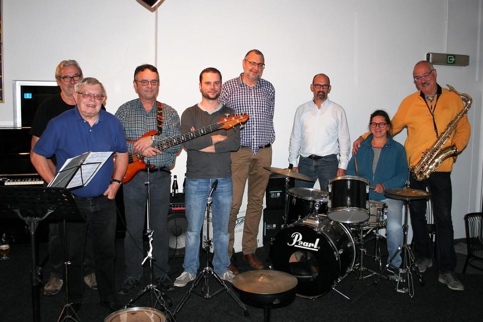 Boss Ross samen met voorzitter Iwein Van Malderen en AVLO-voorzitter Van Waes: klaar voor een nieuw concertjaar in de Lokerse Jazzklub.