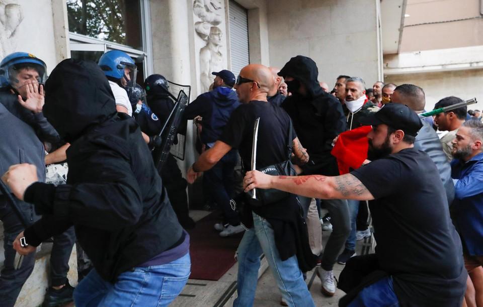 Para demonstran menyerang aparat keamanan dengan tongkat