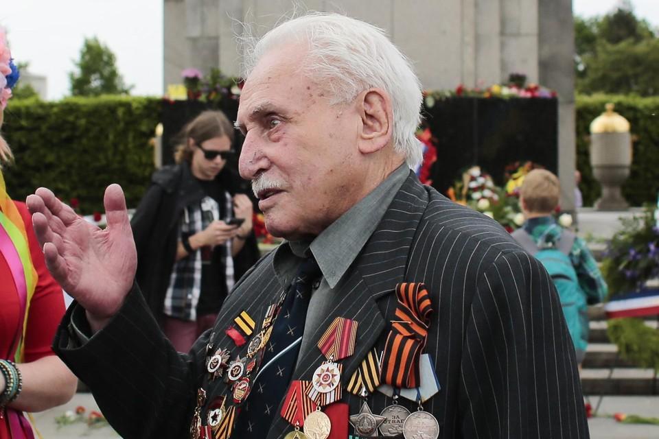 Voor zijn moedige strijd in de Tweede Wereldoorlog werd Dushman meer dan veertig keer gedecoreerd. In zijn eenheid van 12.000 manschappen waren er maar 69 die de strijd overleefden.