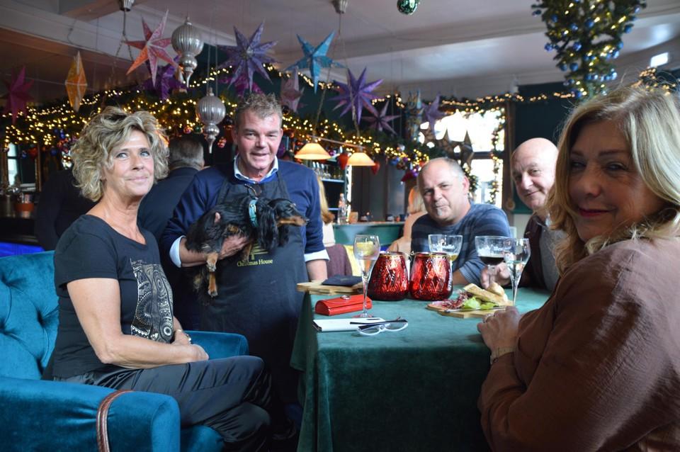 Frank Garritsen met teckel Kate, aan het tafeltje met Diane Delforge en Vera Janssen.