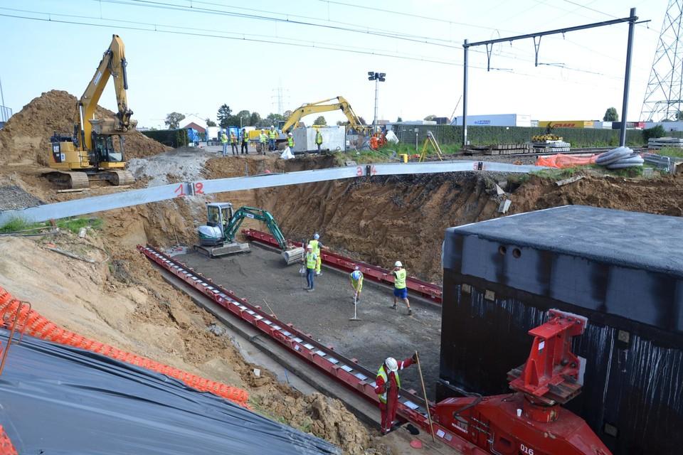 De tunnelkoker staat klaar om onder sporen geschoven te worden. De spoorlijn werd daarvoor volledig opengebroken.