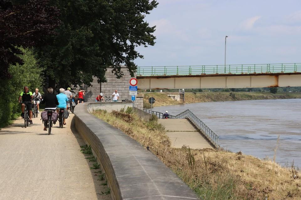 De brug is de enige verbinding in de regio Maaseik over de Maas en erg belangrijk voor het verkeer en het toerisme.