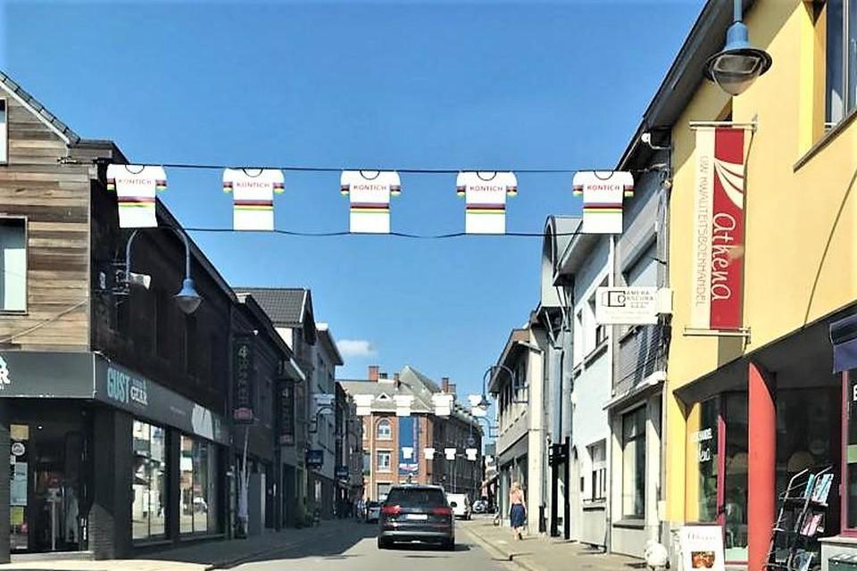 De banners die in Kontich een speciale gelegenheid aankondigen, hebben een WK-tintje gekregen.