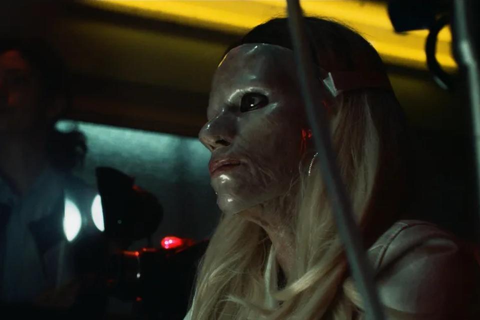 Veerle Baetens, met een plastic masker voor haar verbrande gezicht.