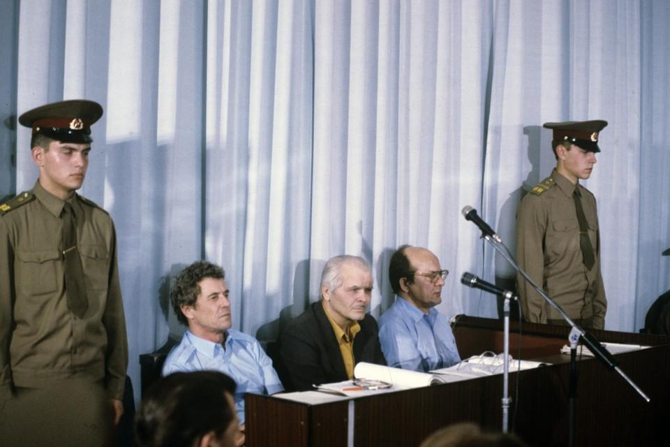 Viktor Broechanov (tweede van links) tijdens het proces over de kernramp.