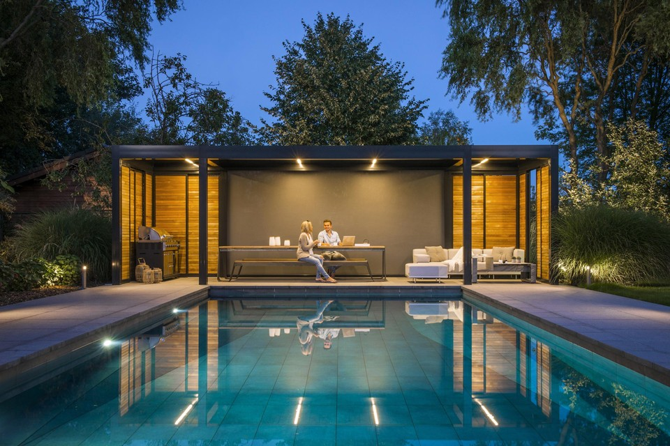 Het nuttige aan het aangename paren: een tuinkantoor met zicht op het zwembad.