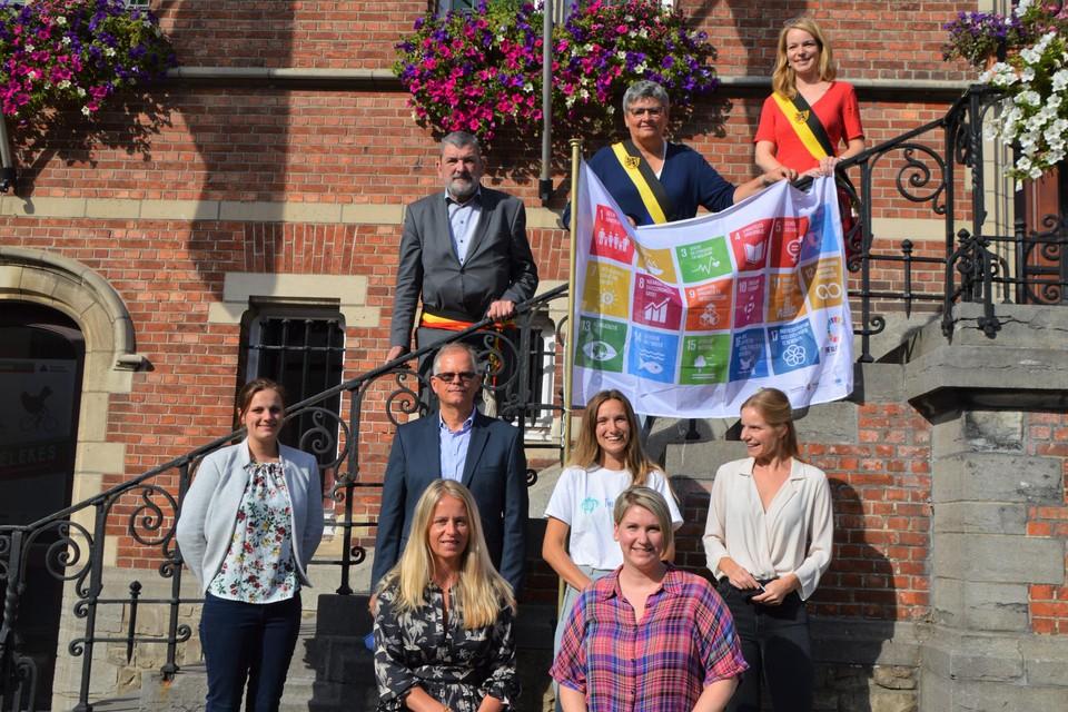 De zes duurzame helden vooraan,met op de trappen nog burgemeester Harry Hendrickx (DBM), schepen Elisabeth Joris (DBM) en schepen Sanne Van Looy (N-VA).