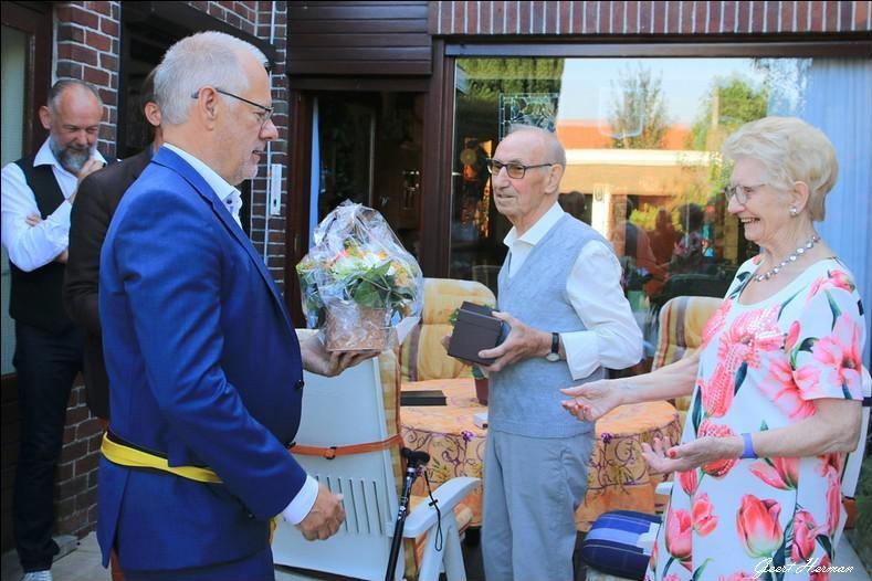 Bloemen, wijn en een medaille van het lokaal bestuur