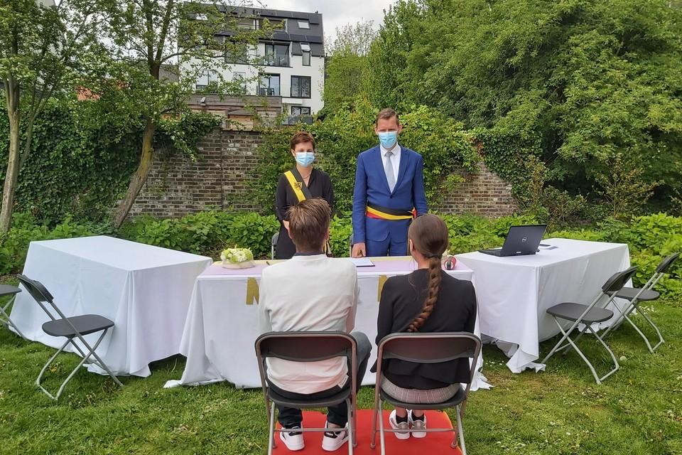 Burgemeester Tony Vermeire, samen met schepen en 'trouwassistente' Hilde De Graeve, voltrekt een huwelijk in het Merelpark in Waarschoot: in Lievegem vonden dit jaar 24 trouwen in open lucht plaats. Dat smaakt naar meer.