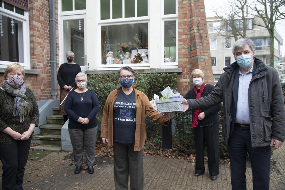 Burgemeester Wilfried Vandaele (N-VA) zette de vrijwilligers in de bloemetjes.