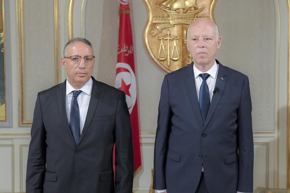 Nieuw waarnemend minister Ridha Gharsallaoui na zijn eedaflegging, met president Kais Saied.
