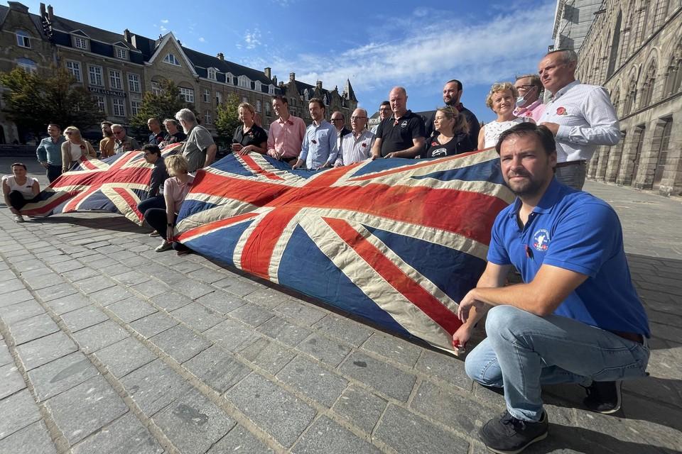 De toeristische ondernemers willen hun trouwe Britse klanten terug en maken dat duidelijk met een symbolische actie met Britse vlaggen en kopjes thee op de Grote Markt van Ieper.
