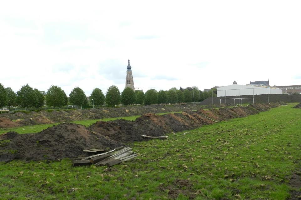 De aanleg van een kunstgrasveld op de sportsite Wereldakker in Hoogstraten startte al een tweetal maanden geleden.