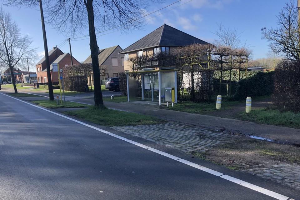 De bushalte komt tegen de straat te liggen.