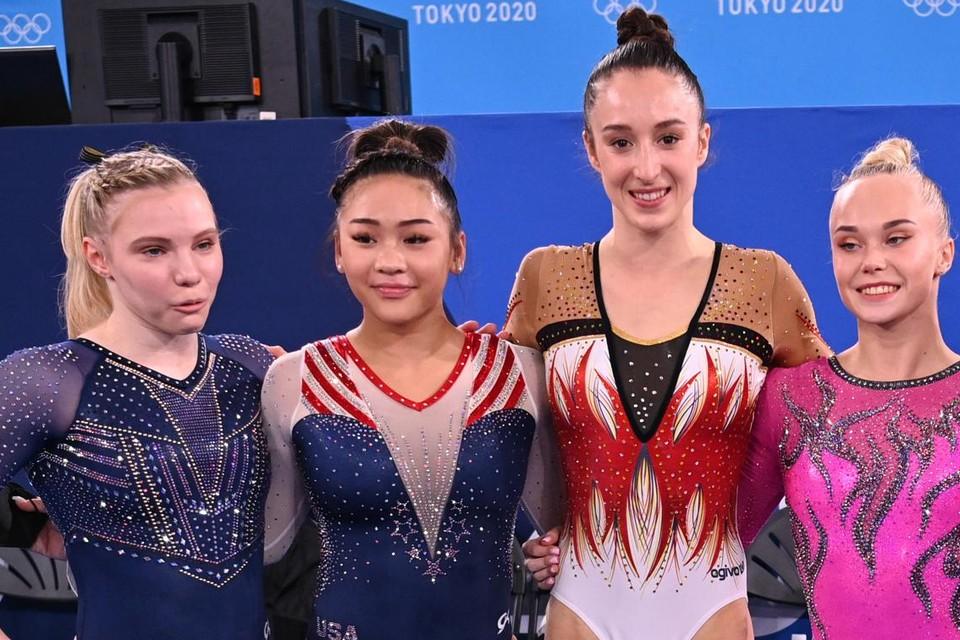 Nina Derwael (tweede van rechts) en Sunisa Lee (tweede van links) staan zondag tegenover elkaar.