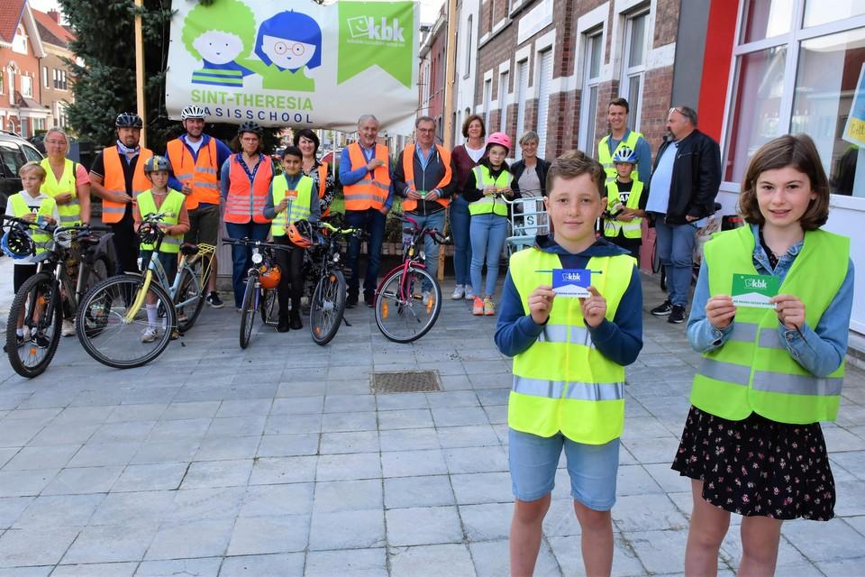 De jongerenambassadeurs kwamen samen met een leerkracht hun lichtgevende fietsplaatjes afhalen. Die worden de komende dagen uitgedeeld aan de leerlingen.
