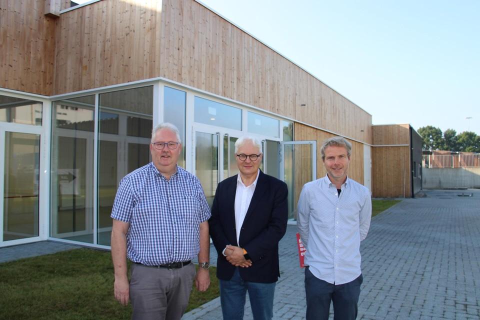 Schepenen William De Boeck en Philip Roosen, hier met directeur Wim Meert van CC Strombeek, zijn blij dat Den Douwe de deuren kan openen.