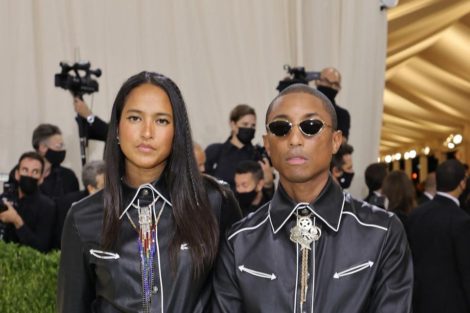 Producer Pharrell Williams en zijn vrouw model Helen Lasichanh gingen voor een samenpassende outfit.