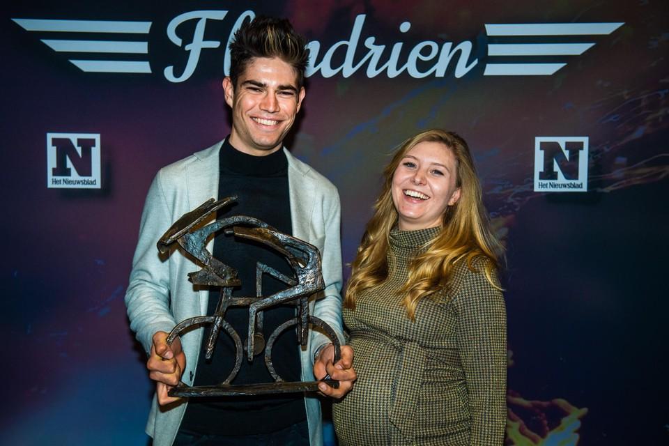 Wout van Aert en Sarah stralen met de Flandrien, een kunstwerk van beeldhouwer Fernand Vanderplancke.