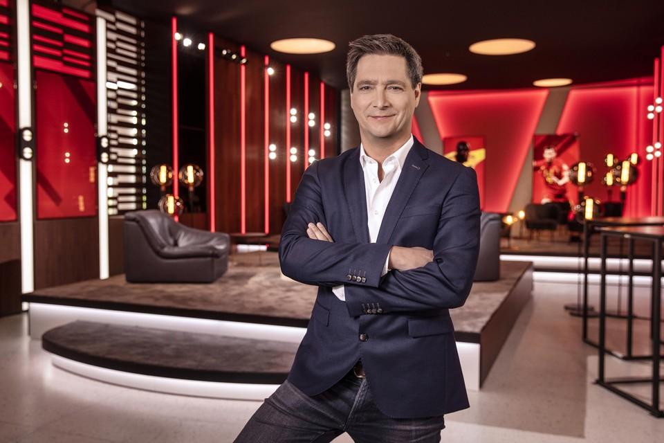 Stef Wauters lost Birgit Van Mol af als presentator van 'De gouden schoen'.