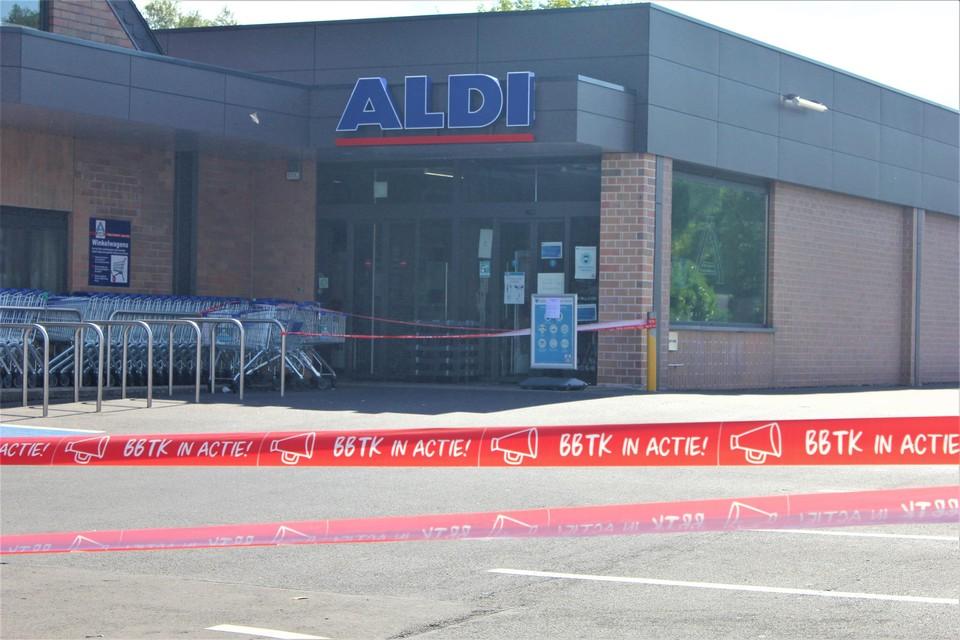 Vakbondslinten versperden de toegang tot de Sint-Niklase Aldi-vestiging maandag.