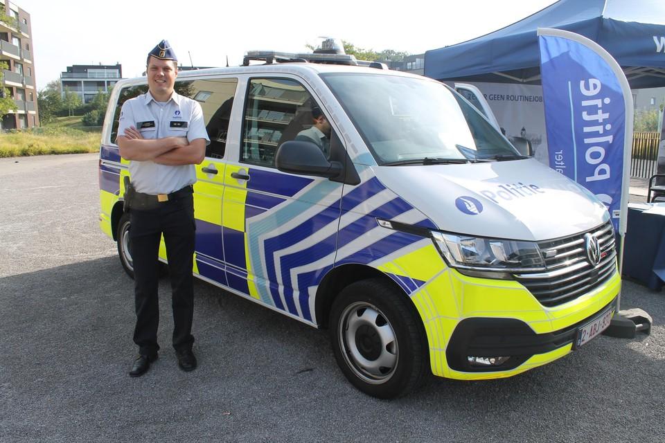 Aalters commissaris Tim D'haene poseert bij een combi die al de opvallende bestickering heeft gekregen.