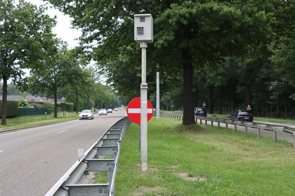 Eén van de nieuwe roodlichtcamera's op de Boslaan richting Genk.