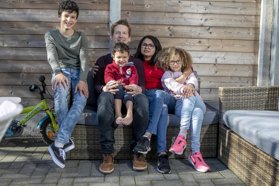 Het hele gezin thuis in Mol, bij de lancering van hun crowdfunding.