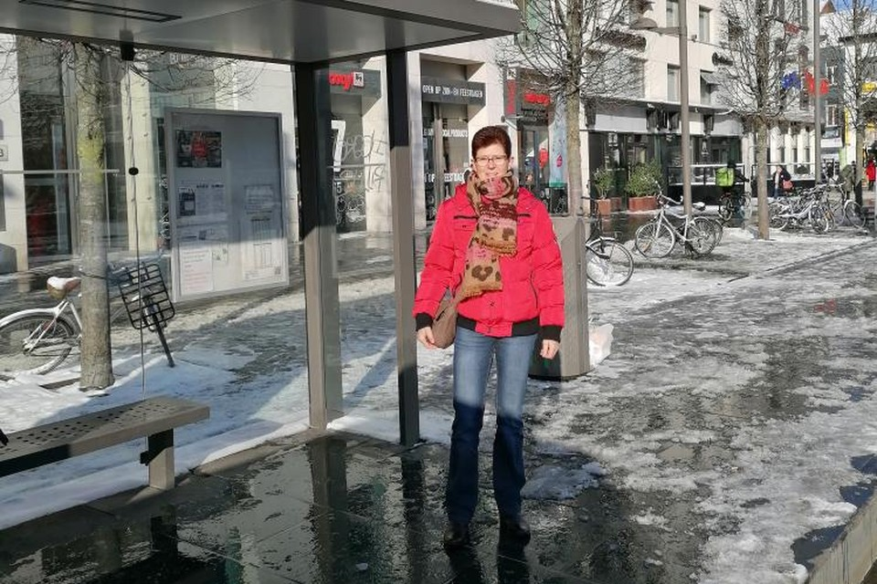 Myriam Maes, hier bij een bushalte in Antwerpen, was een van de gestrande reizigers.
