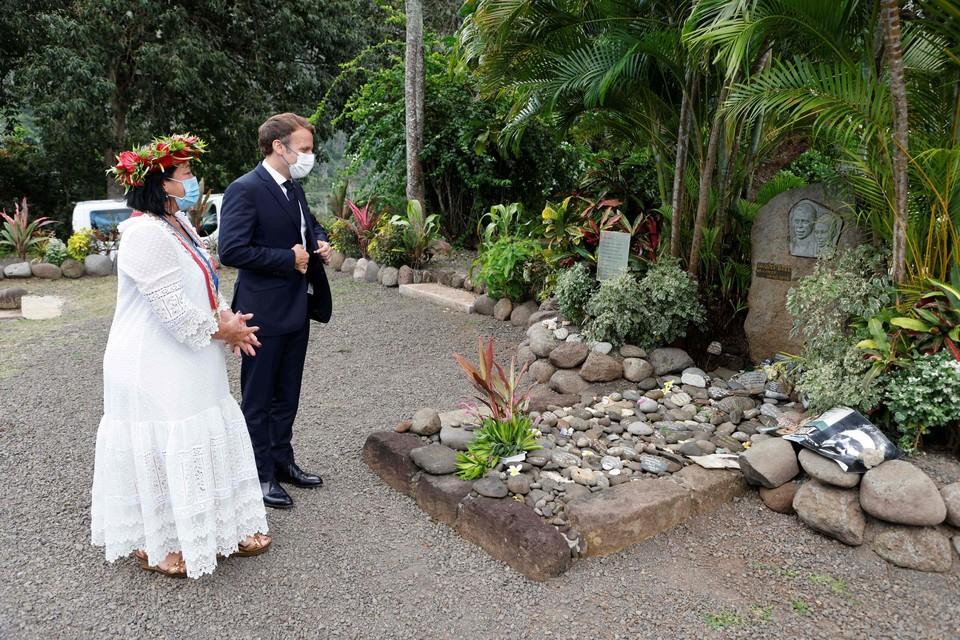 President Macron bezocht samen met de burgemeester van het Markiezeneiland Hiva Oa, het graf van 'onze' Jacques Brel.