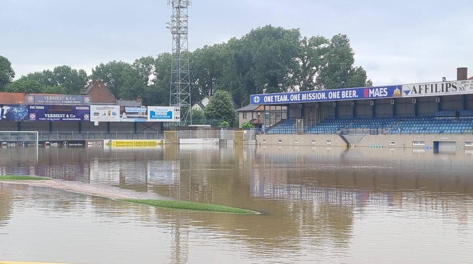 Het voetbalveld is net een vijver, mét vissen.