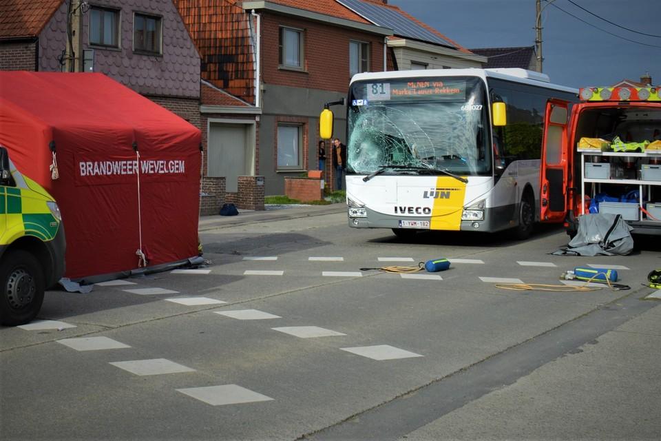 De fietser overleefde de klap met de bus niet.