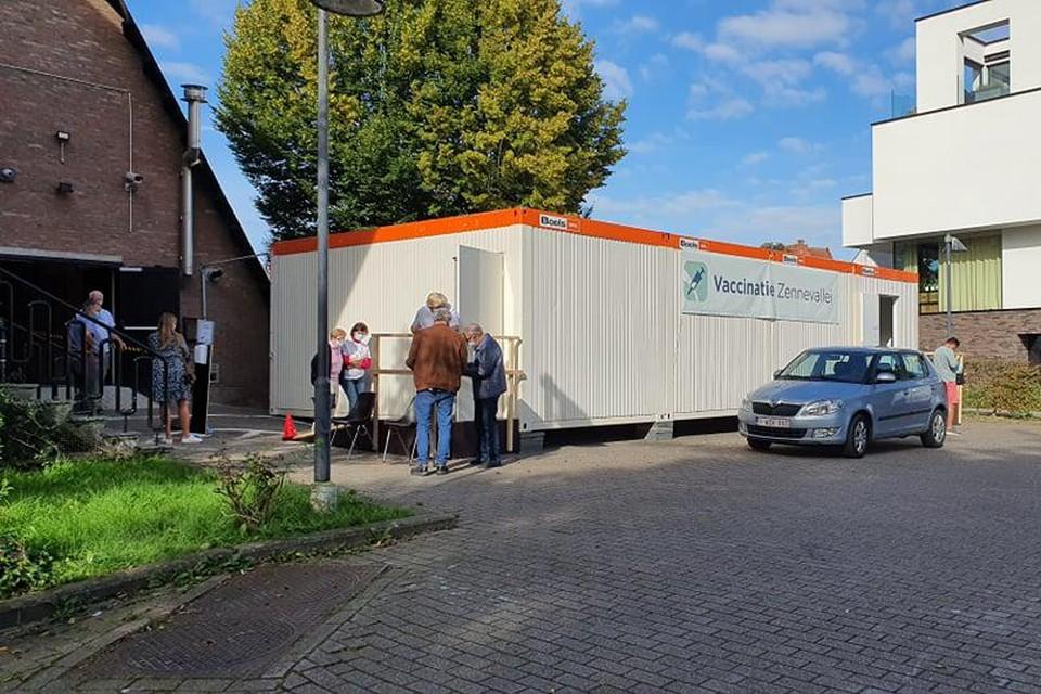 Op de parking achter sporthal De Bres werd in drie containers een pop-up vaccinatiecentrum ingericht.