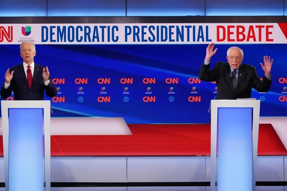 Joe Biden (links) en Bernie Sanders (rechts) gingen in debat.