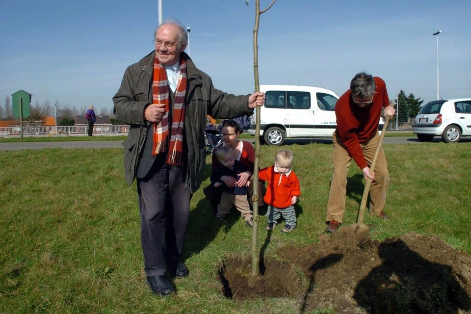 Luc Versteylen plant een boom. De burgemeester hier in Zandhoven ook extra werk van te maken.