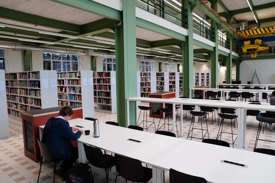 In de bibliotheek hangt nog een oude kraan van de ingenieurs.