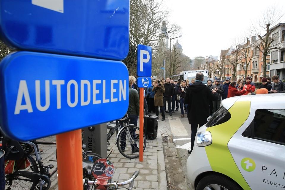 De 500 beloofde parkeerplaatsen voor autodelers zijn er gekomen, maar de vraag is intussen al groter. Het aantal laadpalen schiet sterk tekort.